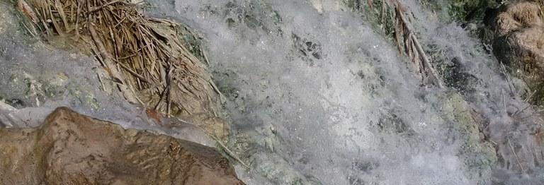 acqua che scorre su erba.jpg